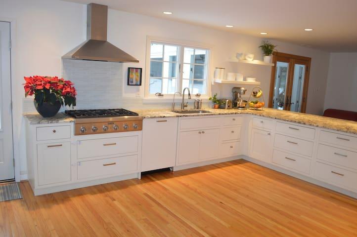 4 Bedroom Home—Family-Friendly Main Line Retreat - Gladwyne - Hus