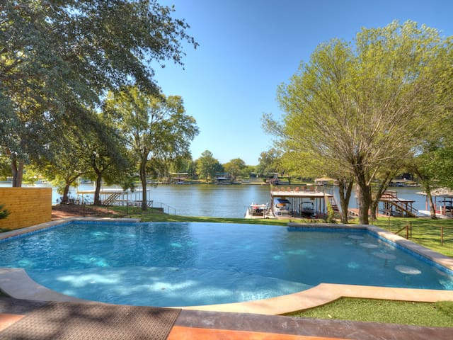 Luxury LBJ Lakefront Home with Pool and Boat Dock - Burnet - Huis