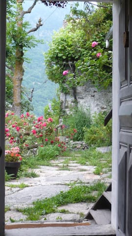 a tiny, rustic, cosy cottage - Clapasson - Cabaña