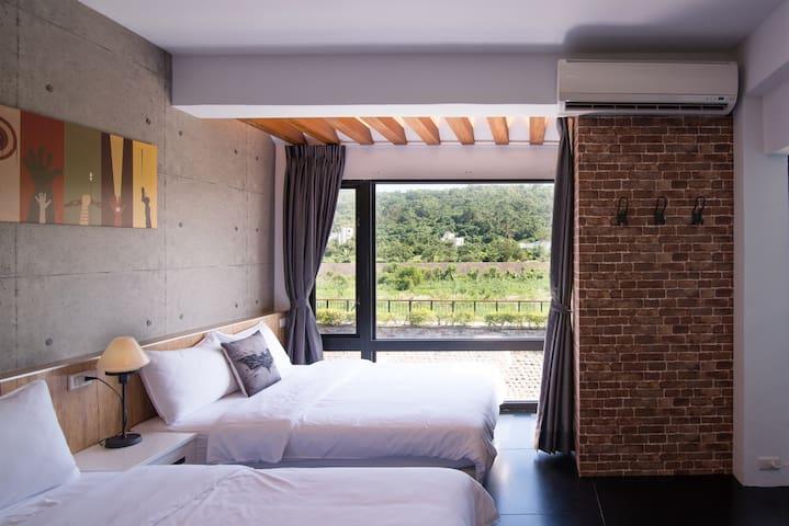 四人山景房,近車站市區,可從窗外欣賞美崙溪與美崙山景 :) 房東在隔壁 - Hualien City - Hus