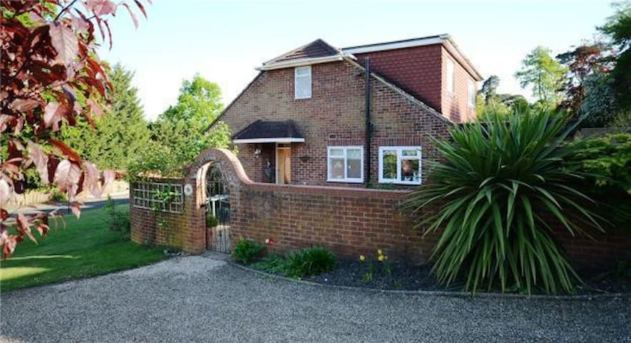 Cosy and comfy room in detached house near Ascot - Ascot - Casa