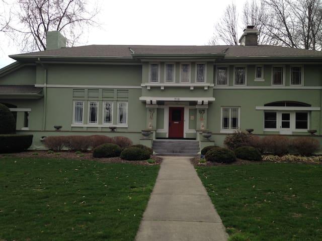 Historic FL Wright Prairie style - Ravenna - Hus