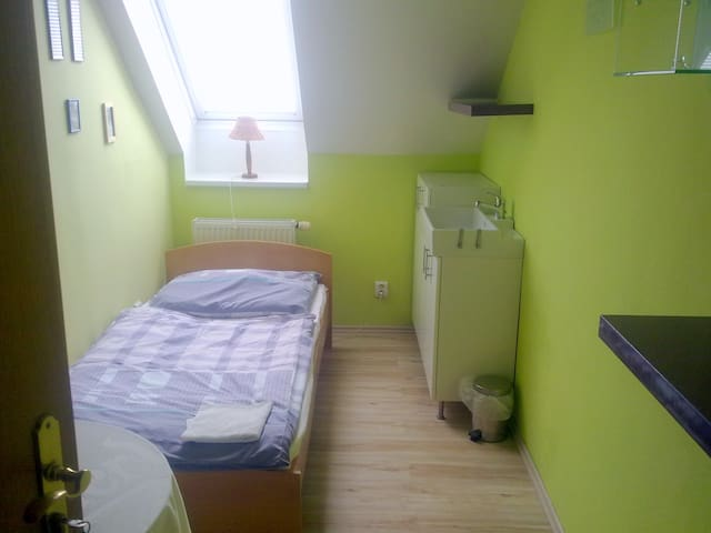 Single room on the outskirts Prag,5 - Jinočany - Hus
