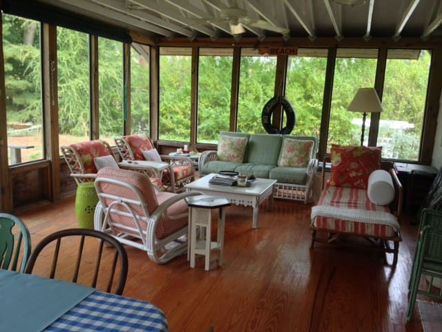 Sweet Summer Cottage + Bunk House  - Coloma - Casa