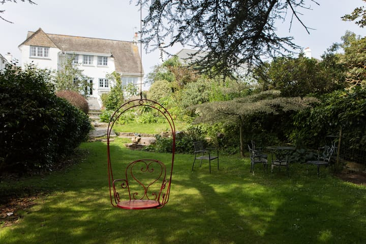 Private room and shower, near beach with parking - Falmouth - Hus