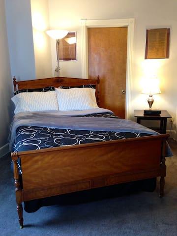 Large Bedroom in 4 Bedroom Home - Easton - Rumah