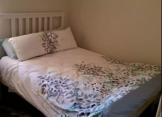 Private room & comfy bed- very short walk to beach - Scarborough - Villa