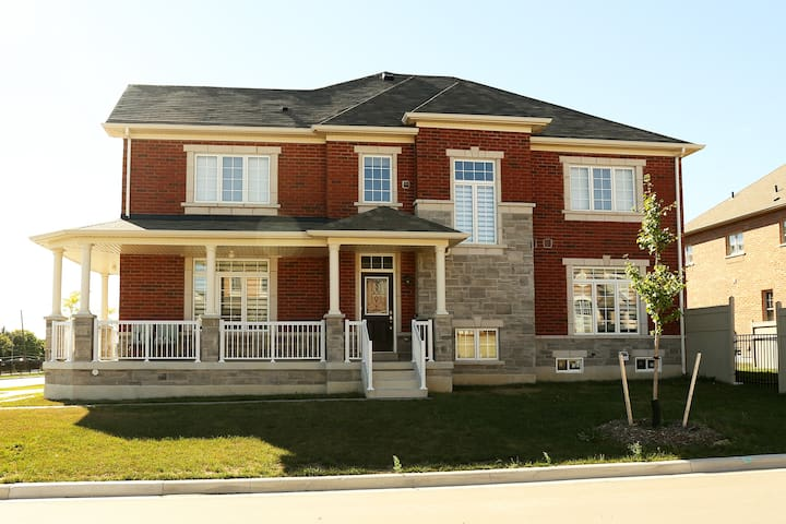 New house, bright and comfortable, great location - Markham - Huis