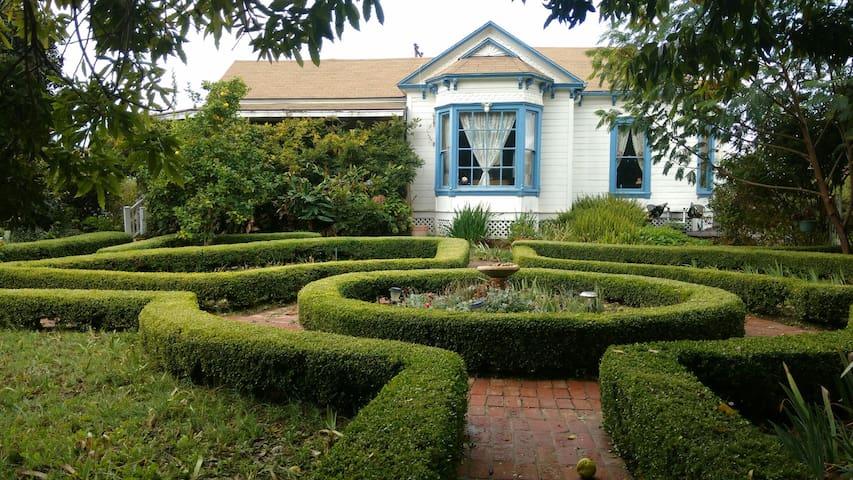 The Victorian Wisteria Room - Lompoc - Ev