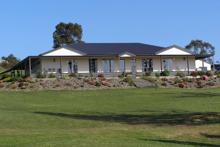 Nyora Lodge      Bed and Breakfast -- - Nyora - Bed & Breakfast