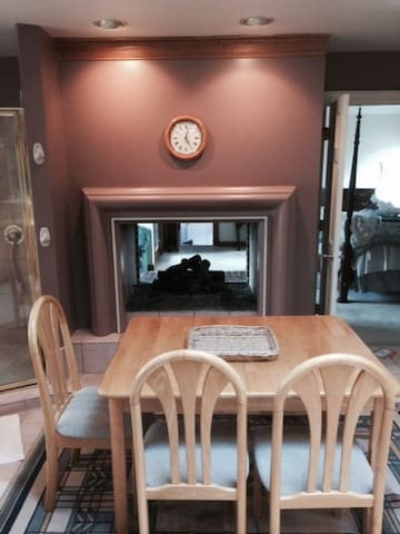 Private Entry Suite 675 Square Feet - Winfield - Leilighet