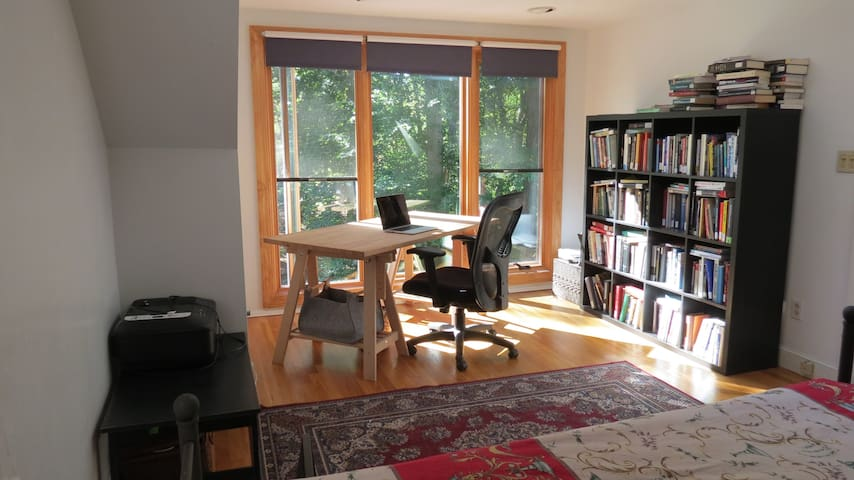 A sunny room with a beautiful view - Wayland - Hus