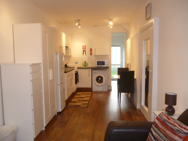 Self-contained studio apartment  +Sky TV - Northolt - Huis