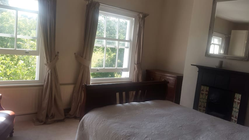 Elegant room with a kingsize bed Tring - Tring, England, GB - Huis
