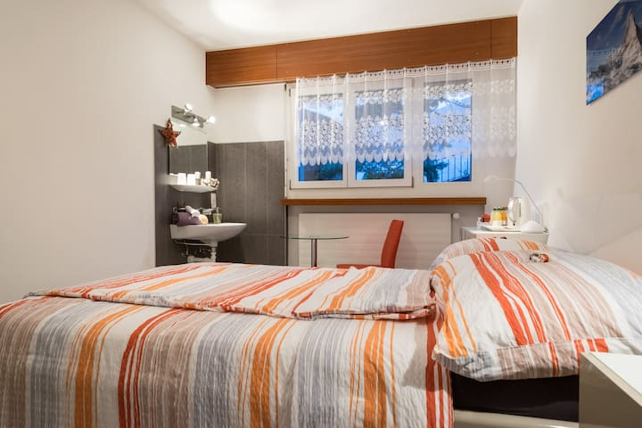 """Guest room in a villa """" Between the Lakes """" - Sierre - Huvila"""