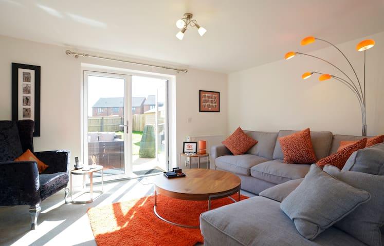 King size bed, en-suite, new house - Peterborough