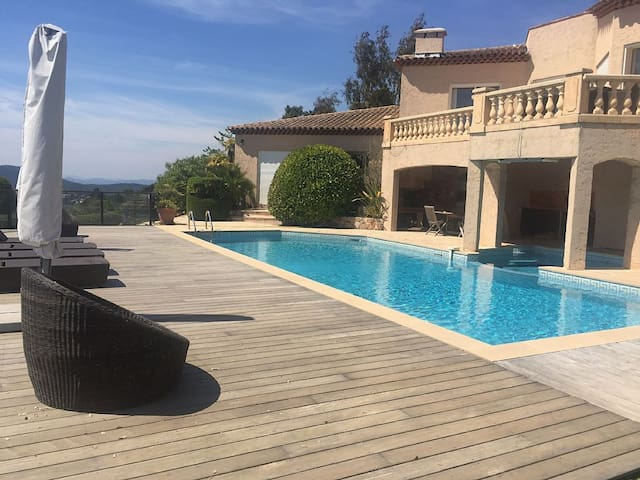 Studio, sleeps 5, with swimming pool and magnificent view of the Esterel Mountains - Les Adrets-de-l'Estérel