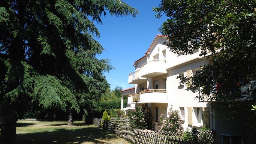 Chambre calme avec balcon vue parc, pt dej offert - Annonay - Appartement en résidence