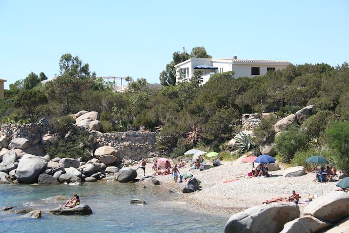 Villa panoramica a 30 mt dal mare! - maracalagonis - 別荘