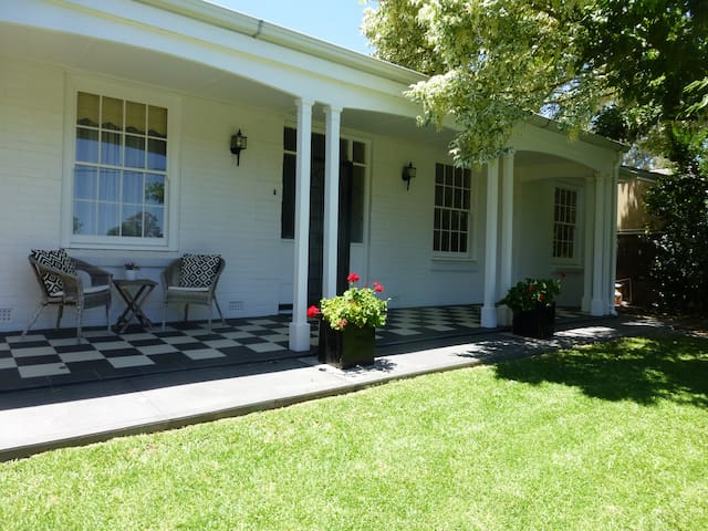 Large suite, great location, and yummy breakfast! - Urrbrae - Leilighet