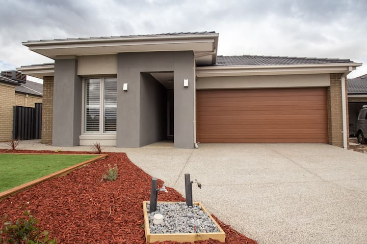 **A brand new house** in a park view location - Werribee