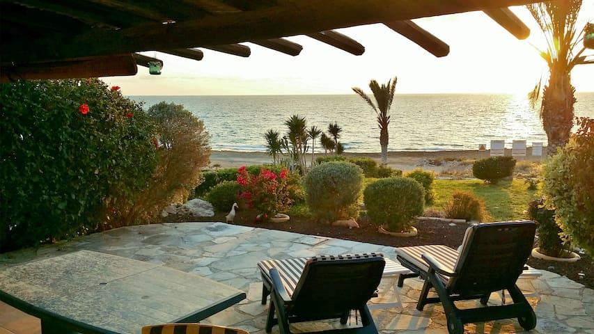 Paphos Beach house on the sea. - Paphos - Hus