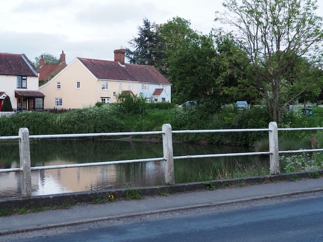 Lovely cottage by the pond and church - Mulbarton - 公寓
