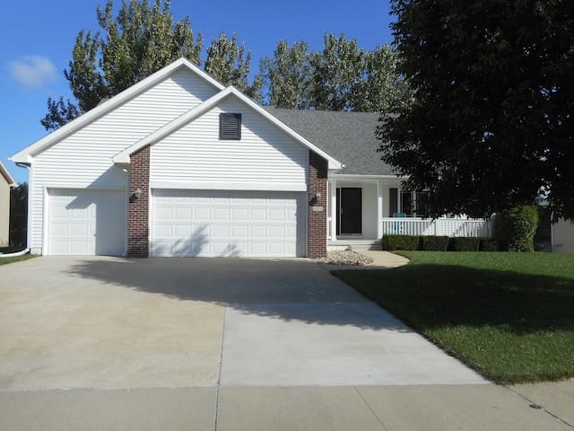 A Welcoming Place for Travelers, Up to 4 People - Ankeny - Casa