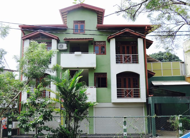 Clean place for short term living with easy access - Maharagama - Leilighet