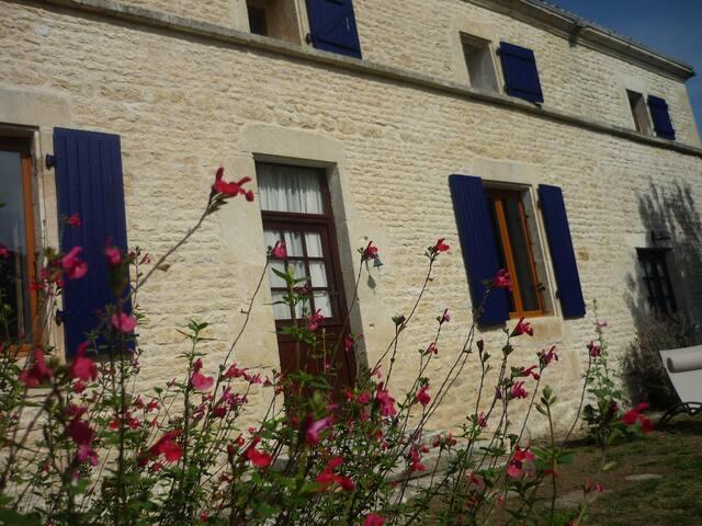 Charentaise style house with hot tub - Les Églises-d'Argenteuil - Casa