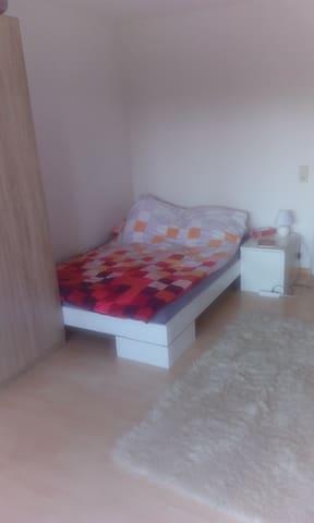 Zimmer In 3en WG, mit Balkon und Schwimmbad - Friburgo - Departamento