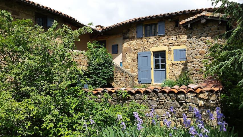 Ancienne ferme en pierre, rénovée avec goût. - Saint-Martin-en-Haut