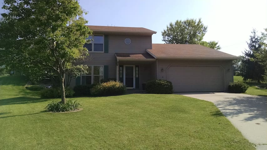 Quiet family home perfect for frequent travelers - Fitchburg - Casa