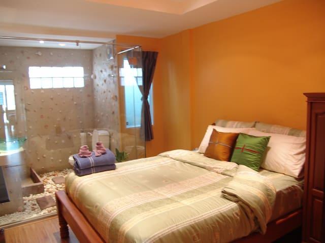 Cozy, quiet, great location - Humble Bee room - Tambon Hua Hin - Bed & Breakfast