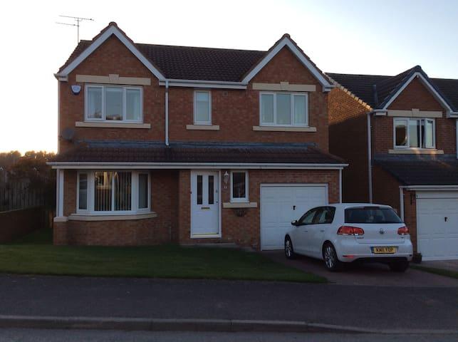 2-3 bedrooms in modern four bedroom house - Bedlington - Casa
