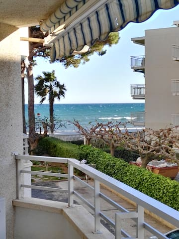 Beachfront apartment. - Cambrils - Daire