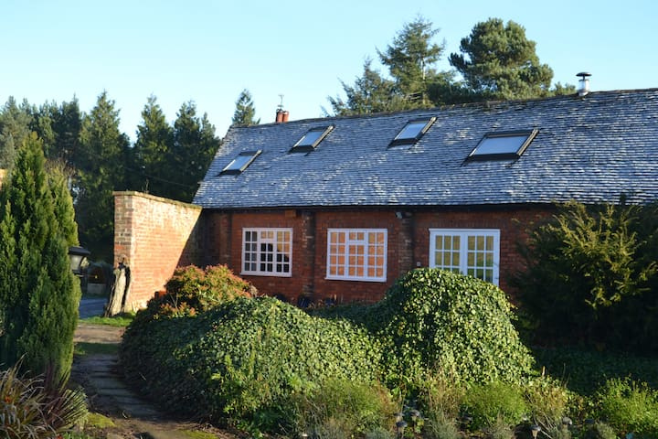 The Barn, set in meadow and woodland. - Shifnal - Hus