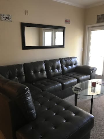 Comfy private area with queen bed and amenities. - Lakeland - Daire