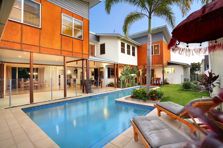 Balinese Waterfront Home close to Mooloolaba Beach - Parrearra - Hus