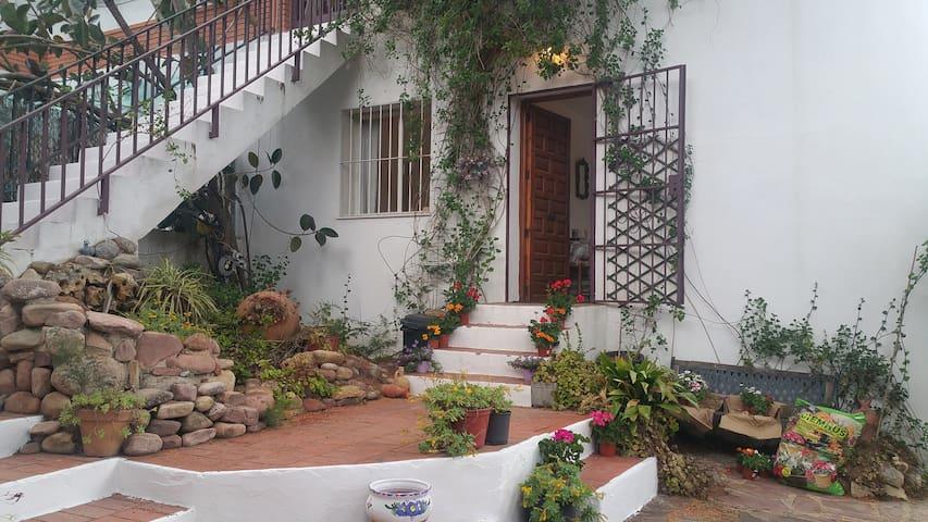 Traditional Garden Apartment With Pool - Gilet - Vila