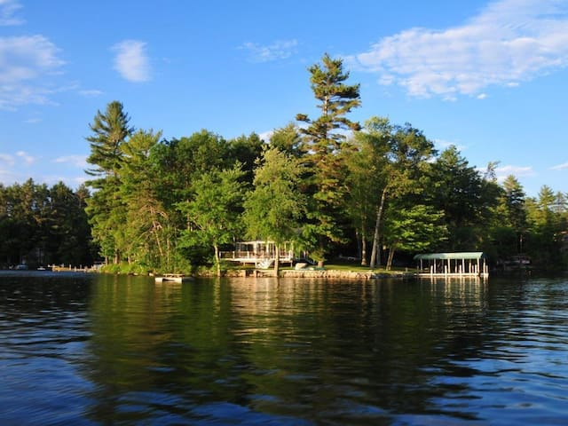 Lake Front Vacation Property, Private Setting with - Meredith - Leilighet