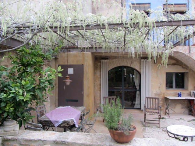 Old restored barn in quiet village - Esponellà - Leilighet