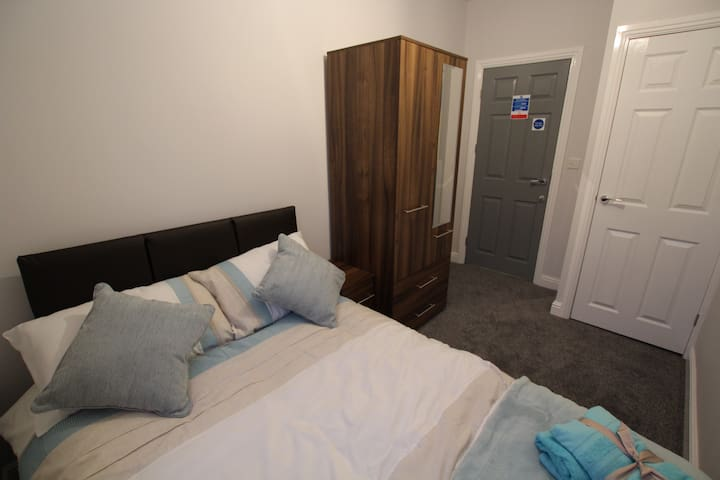 Newly refurbished double room with own bathroom. - Chesterfield - Huis