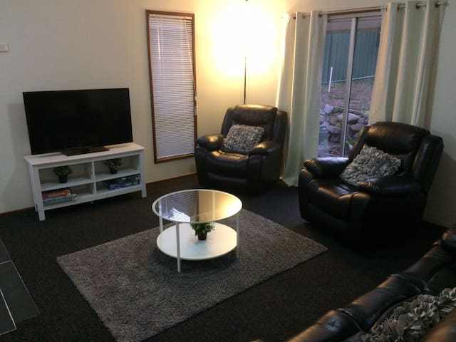 Centrepoint Cottage- M1 access to Brisbane and GC - Eagleby - Huis