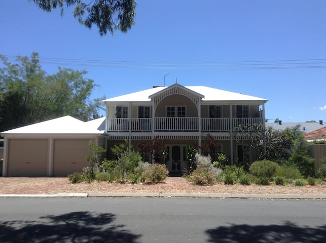 Iconic character home in Bayswater..great location - Bayswater - Bed & Breakfast