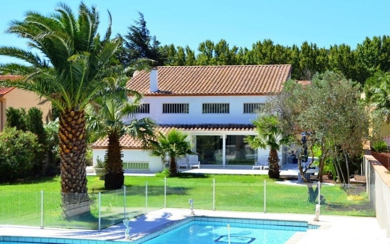 Villa contemporaine avec piscine - Latour-de-France - Huis