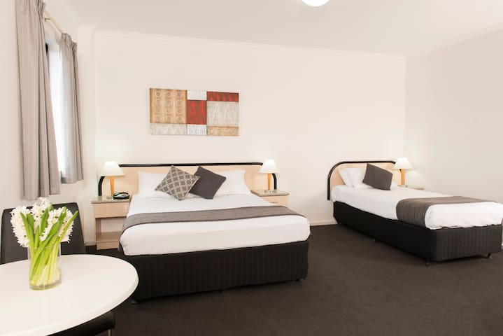 Riviera Deluxe Twin Room - Adelaide - Bed & Breakfast