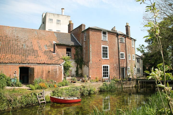 Idyllic riverside house and gardens - Bungay