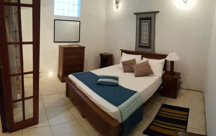 Daisy Villa - Spacious, bright, en-suite bedroom - Sri Jayawardenepura Kotte - Huis