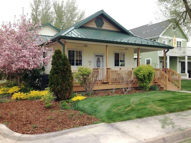 Cozy cottage on Lake & Park  - Windsor